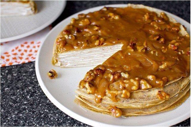 blinnyiy-tort-iz-bananov-s-yogurtom-i-glazuryu-iz-gretskogo-oreha