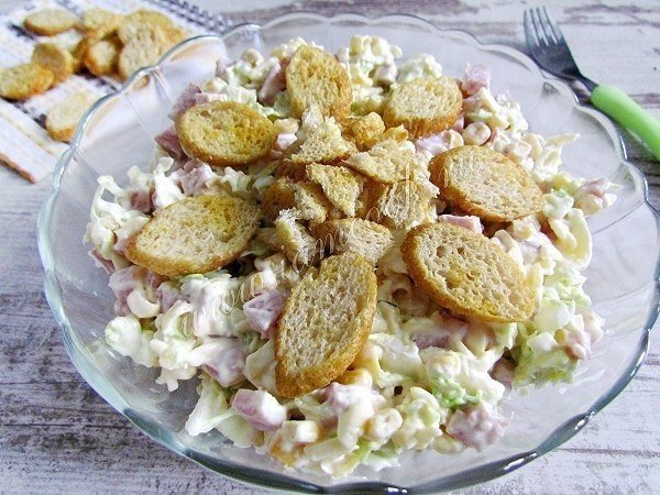 salat-iz-pekinskoy-kapustyi-s-suharikami