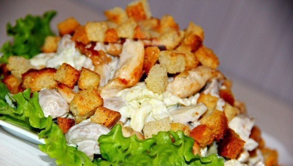salat-s-kurinoy-grudkoy-i-gribami