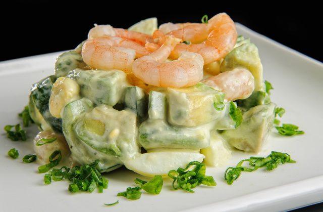 salat-avokado_ogurets_krevetki