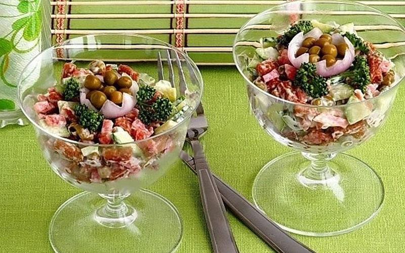 salat-s-suharikami-i-kopchyonoy-kolbasoy